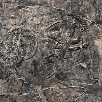 Attaque sur la ville de Alammu. Ninive 700-692 av. J.-C. -Attaque sur la ville de Alammu. Les Archers tirent sur la ville, et les lanciers se frayent un chemin vers les murs.