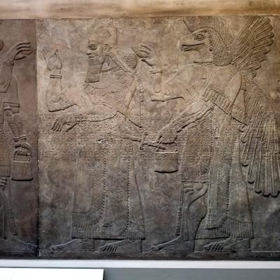 Roi Assurnazirpal II, entouré d'esprits protecteurs à tête d'aigle, Assyrie, 860 avant notre ère, palais de Nimrud
