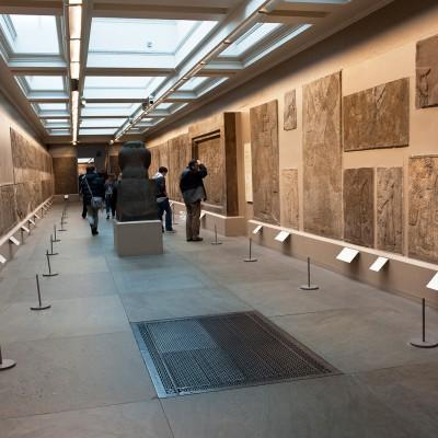 La salle 9 du département du Moyen-Orient du British Museum, présentant des frises du palais sud-ouest de Ninive acquises lors des fouilles du XIXe siècle.