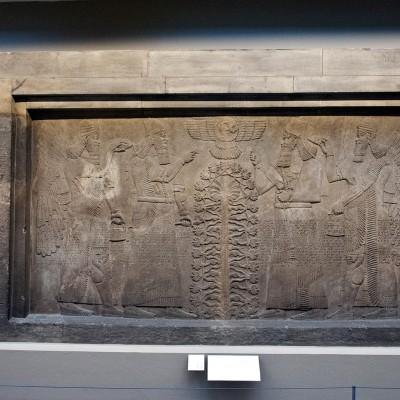 Bas-relief assyrien provenant de Ninive sculpté sur le calcaire de Mossoul. VIII ème siècle av. J.-C.