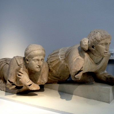 Musée archéologique d'Olympie. Fronton ouest du temple de Zeus, symbolise le passage de la barbarie à la civilisation. Il représente le combat des Lapithes et des Centaures. Invités aux noces de Pirithoos, roi des Lapithes, les Centaures s'enivrèrent et tentèrent d'enlever les femmes d'Apollon, dieu de la Raison.