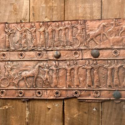 Les portes de bois de Salmanazar III avec les bandes de décoration relief en bronze.