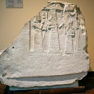 Shamsh-resusur, gouverneur de Mari et Suhi, attitude de prière devant les dieux. Le musée du palais de Babylone - calcaire - 8 e siècle avant J.-C. L'inscription dit que le gouverneur a régné pendant 13 ans et au cours de son règne érigée la ville de Gabarri-Ibni, tout en rétablissant le canal et en encourageant la plantation de palmiers dattiers dans différentes villes, et de travailler sur le développement de l'agriculture dans la ville de Suhi.