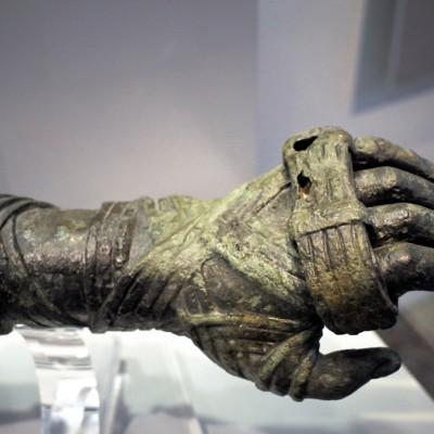 Salle des bronzes - Musée archéologique national d'Athènes Les Jeux Olympiques de l'Antiquité. Le pugilat (boxe) Les mains des combattants étaient protégées par de longues lanières de cuir.