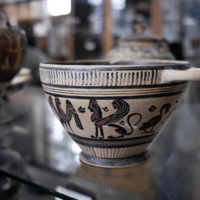 Musée archéologique de Corinthe - Vases du VIIe et du Ve siècle av. J.-C. certains décorés d'animaux fantastiques