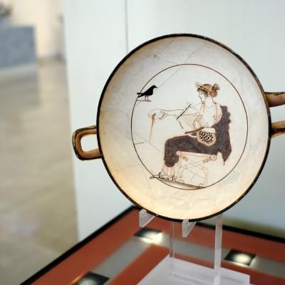 Kylix blance avec la représentation d'Apollon qui offre une libation. 480-470 av. J.-C. Musée Archéologique de Delphes