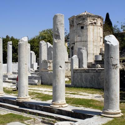 La tour des Vents est un splendide édifice instrallé sur l'agora romaine. Construite en marbre au IIe siècle av. J.-C. par l'architecte et astronome syrien Andronokos Kyrrestes, la tour abritait une horloge à eau et une girouette.