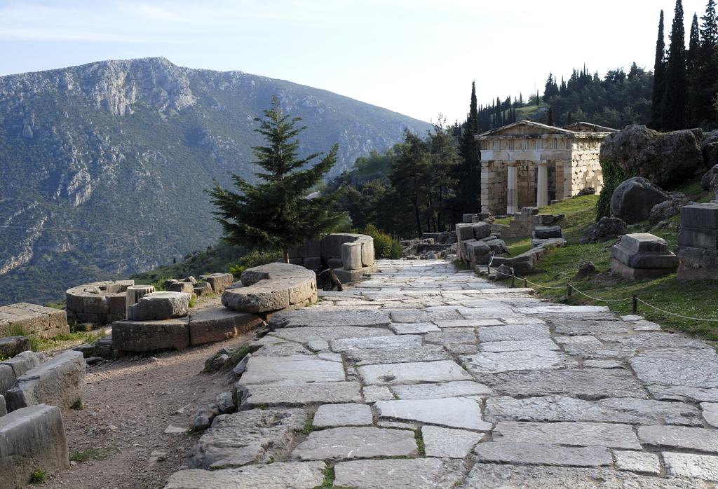 Grèce antique :la voie sacrée et le Trésor des Athéniens Cette voie, qui mène au temple d'Apollon, était bordée de 3000 statues et trésors, érigés par les cités grecques pour abriter les offrandes de leurs concitoyens.