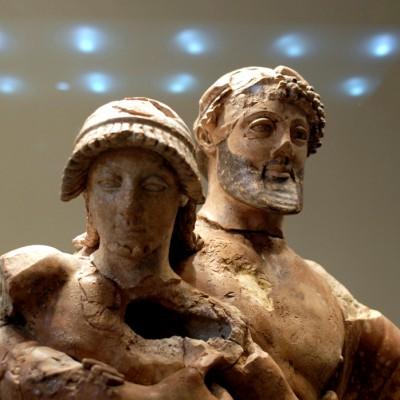 Zeus enlevant Ganymède, terre cuite - Musée archéologique d'Olympie