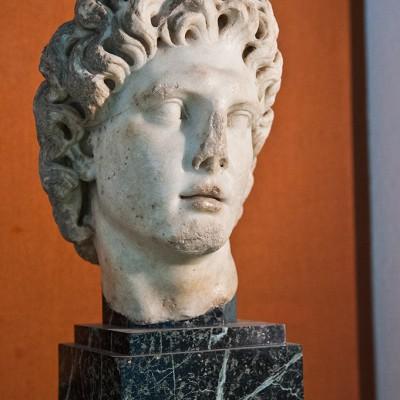 Tête d'Alexandre le Grand - marbre de Paros Italica (Santiponce Séville) période d'Adrien - (117-138 après J.-C). - Musée Archéologique de Séville.