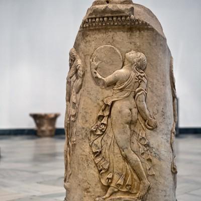 Bacchanale - Ménade et Satyre dansant. Autel circulaire. Théâtre de la pulpitum Italica - Musée Archéologique de Séville