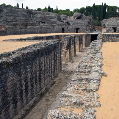 Les jeux du cirque et les pièces de théâtre étaient financés par l'aristocratie locale (magistrats). Des naumachies étaient possibles dans cet amphithéâtre. Il possédait des machineries pour les spectacles, une partie était située au centre dans le trou, qui était recouvert de planches de bois.