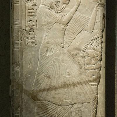 Bas-relief du prêtre Ameneminet nouveau royaume fin du 18e dynastie 1320 Av. J.-C. - calcaire - Musée Calouste Gulbenkian - Lisbonne