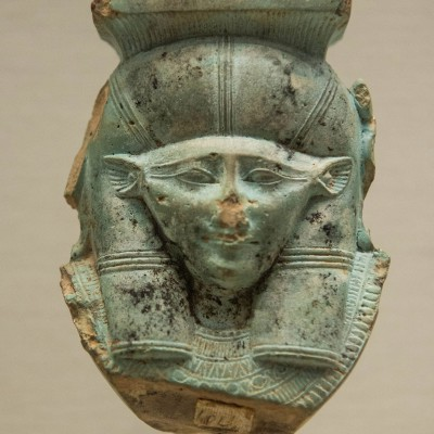 Tête de la déesse Hathor Late période de 26 e dynastie 664-332 Av. J.-C. - Faïence verte - Musée Calouste Gulbenkian - Lisbonne
