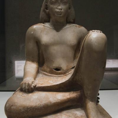 Statuette du fonctionnaire Bès Égypte Basse Époque, début de la XXVIe dynastie (660-610 av. J.-C.) Calcaire compact. Musée Calouste Gulbenkian - Lisbonne