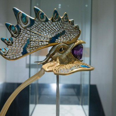 """Diadème """"coq""""  René Lalique (1860-1945) France vers 1897-1898 - Or, émailcorne émail et améthyste - Musée Calouste Guklbenkian."""