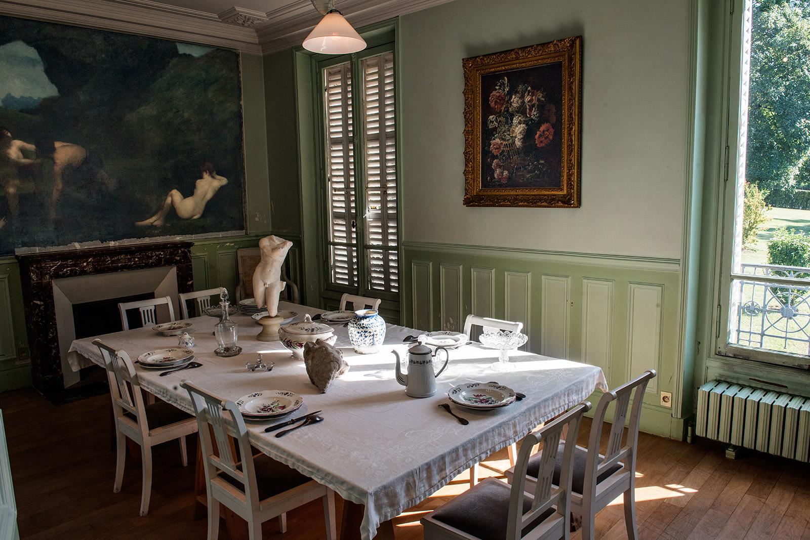 La salle à manger dans la villa