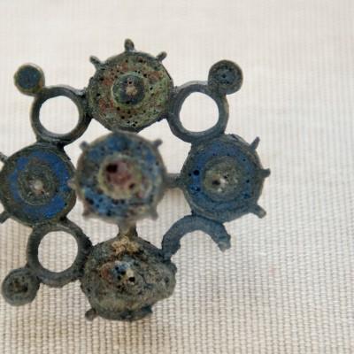 Fibule en bronze émaillé trouvé à Viet (Dinant)