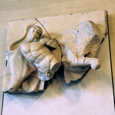 Minos, roi de Crète, ayant refusé de sacrifier un taureau à Poséidon, celui-ci rendit l'animal furieux.Héraclès parvint à le capturer et le rapporta vivant à Eurysthée comme ce dernier lui avait demandé.Temple de zeus à Olympie, quatrième métope ouest.