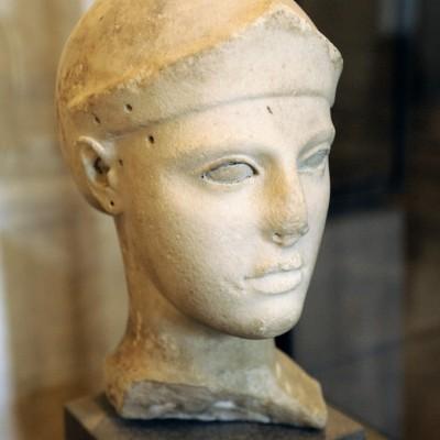 Vers 470-460 av. J.-C. Fabrication : Egine Marbre parien, l'ensemble du visage devait tre rehaussŽ par de la peinture. Les cils sont en méŽtal. Le cou venait s'encastrer dans le corps d'une statue