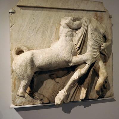La métope qui présent l'enlèvement d'une femme lapithe par un centaure provient de la frise dorique du Parthénon, la première qui s'offrait au regard au-dessus des colonnes.
