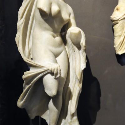 """Aphrodite est la déesse de l'amour et de la beauté. En grec ancien, son nom signifiait """" née de l'écume """" et se réfèrerait à la légende de la naissance. La déesse est le plus souvent représentée nue en train de renouveler sa puissanceérotique par le bain : Aphrodite demi-vêtue ou nue et sortant des eaux."""