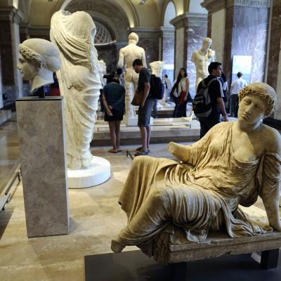 La figure implorante est assise au bord du mur qui entourait un autel. La découverte récente sur l'acropole d'Athènesd'un fragment de la statue originale qu'elle reproduit permet d'identifier le sujet. Ce serait Io ou Callisto, deux des amantes de Zeus représentées vers 400 avant J.-C. par le sculpteur Deinoménes d'Argos, en encadrant l'autel de Zeus Polieus à l'est du Parthénon.