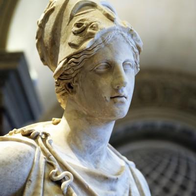 """Athéna, dite """" Athéna Mattéi """" vers 100 avant J.-C. La statue est une réplique antique d'un original en bronze retrouvé en 1959 au Pirée, le port d'Athènes. On attribue cette création à Euphranor, un sculpteur athénien actif dans les années 360-330 avant J.-C."""