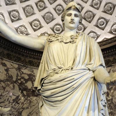 1er siècle après J.-C. Marbre 3,05 m. Cette statue d'Athéna appartient à une série limitée de répliques antiques colossales qui reproduisent une sculpture athénienne célèbre. La découverte a Baïes près de Naples de fragments de modèles antiques en plâtre exécutés à partir de l'oeuvre originale montre que cette création était en bronze et de même dimensions. On l'attribue au sculpteur Crésilas vers 430 avant J.-C.