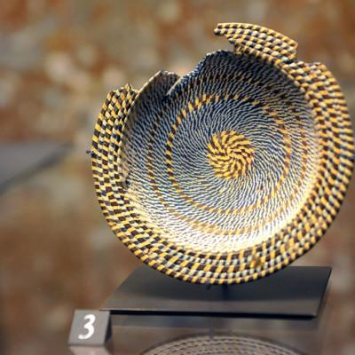 """Mobilier de la nŽécroppole de Myrina - Coupelle : vers 120-100 avant J.-C. Myrina (Turquie) Verre """"reticelli"""" de fils blancs à filet bleu et fils bruns à filet jaune."""