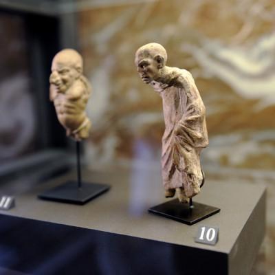10 - Grotesque : bossu souffrant d'acromégalie, Smyrne (la moderne Izmir, Turquie), 1er siècle avant J.-C., argile.