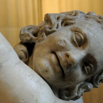 ƒÉros - Cette statue appartient à une série d'images associant Éros (cupiduon) à sa mère Aphrodite.