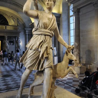 1er - 2e sicle aprs J.-C. Italie - MarbreArtŽmis, la Diane des Romains, dŽesse de la chasse, est accompagnŽe d'un curieux cervidŽ, une biche avec des bois.