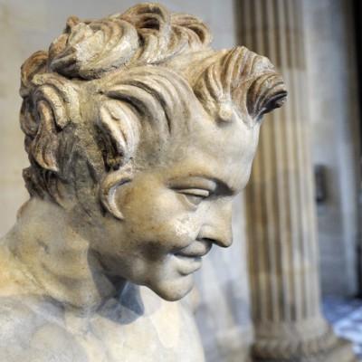 """Buste de satyre, dit """" Faune de Vienne """" - Le styre compagnon du dieu Dionyysos, est reconnaissable à ses oreilles pointues et uax petites cornes qui affublent son front. Découvert en 11820 à Vienne (Isère France) Marbre - (1er-2e s. ap. J.-C."""