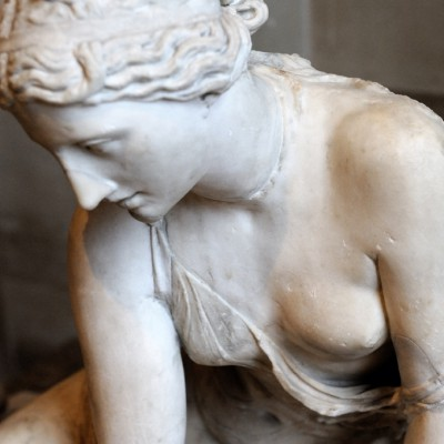 Nymphe ˆ la coquille - 1er siècle après J.-C. - Italie - Marbre - Proche d'un motif utilisé pour une juoeuse d'osselets, la nymphe à la coquille Borghèse semble inspiré d'une création de la période hellénistique, peut-être du 2e siècle avant J.-C.