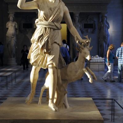 """ArtŽémis ˆ la biche, dite """" Diane de Versailles """" - 1er - 2e siècle après J.-C. Italie - MarbreArtémis, la Diane des Romains, déesse de la chasse, est accompagnée d'un curieux cervidé, une biche avec des bois."""