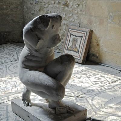 Venus accroupie, trouvée au palais du miroir à Saint-Romain-en-Gal. Moulage. L'original est au Musée du Louvre