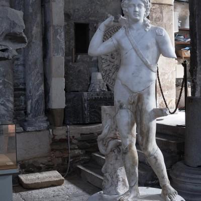 Apollon archer - Statue trouvée à Vienne en 1850, brisée au fond d'un puits. Marbre blanc - Restauré par E. Desroches en 2002 Cette sculpture, œuvre inspirée de l'art hellénistique, décorait le jardin d'une maison gallo-romaine (domus des Nymphes). Le dieu, ceint d'une couronne de lauriers, tenait un arc, aujourd'hui disparu. La restauration récente a mis en évidence des traces de peinture et or. iie siècle ap. J.C.