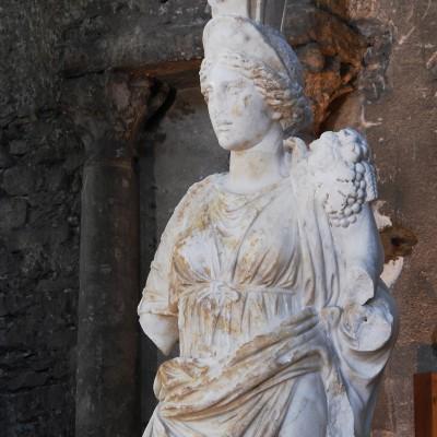 Fortuna_Tychè, dite Tutela - musée Saint Pierre Vienne Trouvée dans les thermes du palais du Miroirà Sainte-Colombe, en 1894 Marbre - restaurée par E. Desroches en 2004. La sculpture devait être placée dans une niche de la salle froide des thermes, à l'instar d'autres statues retrouvées sur le même site. Personnification de l'abondance et de la prospérité publiques cette œuvre est un exemple privilégié de l'influence des sculpteurs italianisants venus à Vienne. Seconde moitié du IIe s. ou début IIIe s. ap. J.C.
