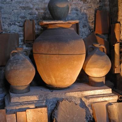 Musée Archéologique Saint-Pierre - Vienne - Isère Collections gallo-romaines : sculptures, tuiles, tuyaux de plomb, amphores, cruches, pots,, mosaïques. L'église qui a été transformée