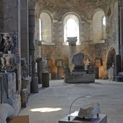 Musée archéologique Saint Pierre : sculptures, mosaïques et sarcophages gallo-romains abrités dan une église les plus anciennes de France (Ve - VIe siècle), enrichi au XII siècle.
