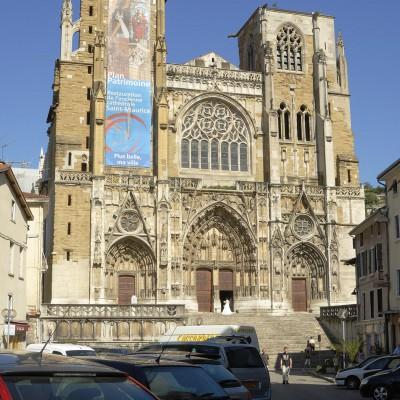 Cathédrale médiévale primatiale Saint Maurice sélevant au-dessus des bords du Rhône - Vienne