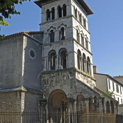 L'église, dédiée à l'origine aux apôtres Perre et Paul, fut construite à la fin du Ve siècle dans un cimetière occupant les ruines d'un quartier d'habitation, à l'intérieur du rempart gallo-romain. Elle fut utilisée comme basilique funéraire, abritant jusqu'au XIIe siècle la sépulture de la plupart des évéques de Vienne comme Mamert, son probable fondateur, mort vers 475. L'église habrite depuis 1872 une partie des collections gallo-romaines de la ville ; mosaïques, sculptures en marbre, monuments funéraires, fragments monumentaux d'architecture, inscriptions monumentales et dédicaces honorifiques.