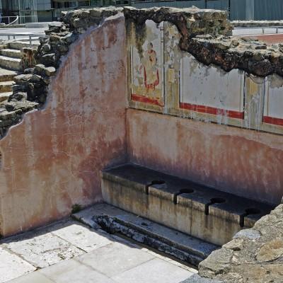 Site archéologique de Saint-Romain-en-Gal - Vienne. Thermes des Lutteurs. Les latrines publiques sont ornées de peintures murales présentant des sportifs : lutteurs, pugilistes, discobole, un entraineur ou arbitre.