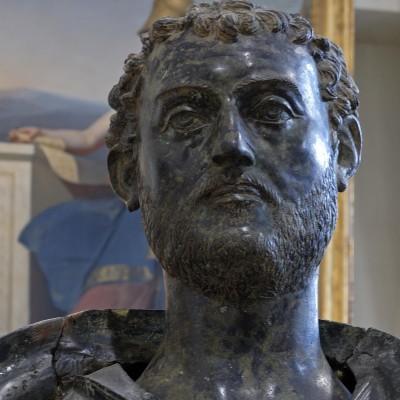 Statue de bronze de Caius Julius Pacatianus, chevalier romain (début du IIIe siècle) musée des Beaux-Arts - Vienne Ce bronze monumental a été découvert au XIXe siècle à Vienne. Il se composait alors de multiples fragments. Sa restauration menée dans les années 1950 lui a restitué sa taille d'origine, grandeur nature. Cette statue représente Caius Julius Pacatianus notable d'origine viennoise vivant au IIe siècle après J.-C.. L'inscription conservée avec cette statue permet de retracer sa carrière qui l'a conduit dans tout l'empire romain. Cette statue a été érigée sur une place publique de Vienne pour commémorer sa réussite.