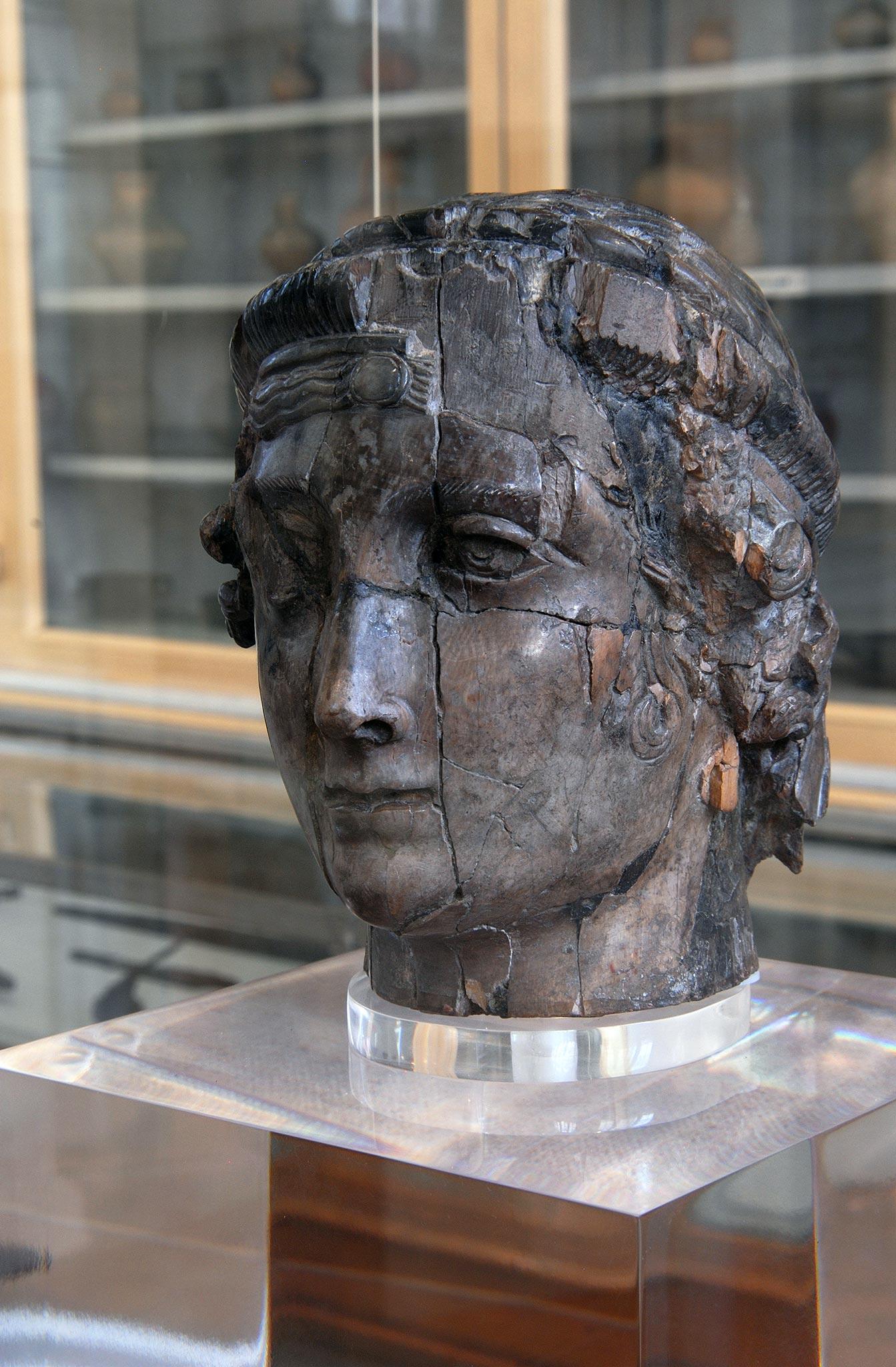 Coffret en forme de tête humaine - ivoire. IVème s. Découverte à Vienne en 1878 au cours des fouilles réalisées lors du percement de l'actuelle rue Victor Hugo, cette tête de femme ceinte de deux diadèmes est sculptée dans l'ivoire. Sa teinte brunâtre est due à son long séjour dans le sol. La tête est creuse, une ouverture rectangulaire, dans laquelle coulissait un couvercle à glissière, est aménagée à partir de la base de la nuque. Sans doute utilisée comme coffret à bijoux, cette pièce constitue l'un des rares ivoires romains découverts en Gaule L'expression du regard avec sa paupière couvrant une partie de l'iris rappelle les portraits de pierre des IIIe et IVe siècles de notre ère. Musée Miremont, Vienne.