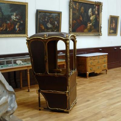 Le musée des Beaux-Arts et d'Archéologie de la place Miremont est ouvert au public depuis 1895. C'est le maire de Vienne Teyssière de Miremont qui, en 1823, a construit la halle aux grains et donné son nom à la place qui l'entoure. Ce bâtiment a été surélevé dans les années 1890 dans le but d'accueillir le musée et la bibliothèque municipale. Il présente des collections archéologiques (du Néolithique à la fin de l'antiquité), des faïences, des peintures, des armes et du mobilier dauphinois. Cette présentation évoque l'ambiance des musées de la fin du XIXe siècle.