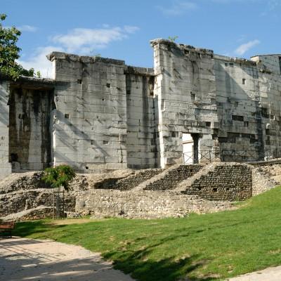 Mur latéral nord en grand appareil d'un auditorium à ciel ouvert, parfois attribué à un théâtre des mystères lié au culte de Cybèle.