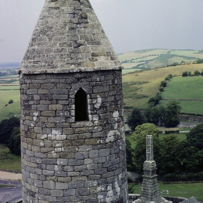 Le Rock of Cashel est un des sites historiques majeurs de l'Irlande. Il est situé à l'ouest de la ville de Cashel, dans le comté de Tipperary et dans la province de Munster.  - Irlande 1984