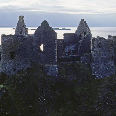 Le château de Dunluce est un château médiéval d'Irlande du Nord qui est aujourd'hui en ruine. Il est situé sur le bord d'un affleurement de basalte dans le comté d'Antrim